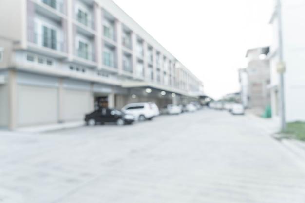 자동차와 마을의 집 도로의 추상 흐림 이미지.