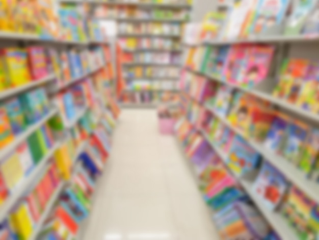 Абстрактное размытие книги на книжных полках в книжном магазине.