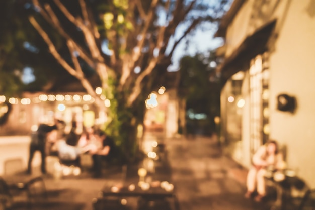 夜のカフェレストランの抽象的なぼかし屋外たまり場の中庭
