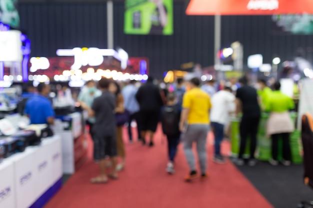 Абстрактная нерезкость людей в выставочном зале события выставки экспо. деловая выставка, ярмарка вакансий или фондовый рынок. организация или корпоративное мероприятие, коммерческая торговля или торговый центр