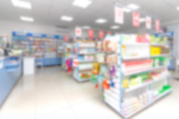 약국 상점에서 의약품 및 기타 상품과 추상 흐림 선반