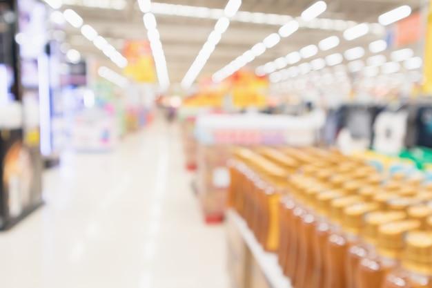 抽象ぼかしスーパーマーケットディスカウントストアの通路とボディケア製品の棚インテリア焦点がぼけた背景