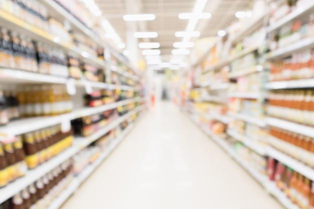 抽象ぼかしスーパーマーケットディスカウントストアの通路と調味料ソース製品のボトル棚インテリア焦点がぼけた背景
