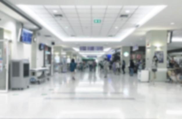 대기 의사를위한 병원 로비에서 추상 흐림 도보 방법