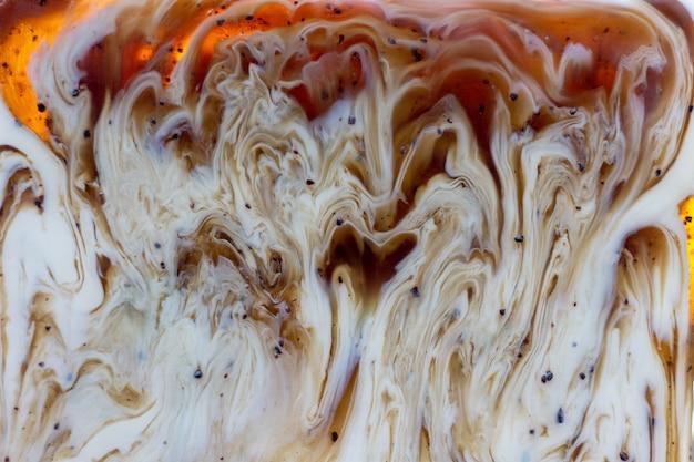 抽象的なぼやけた背景。ミルク入り手作りソープコーヒーのマクロ写真。