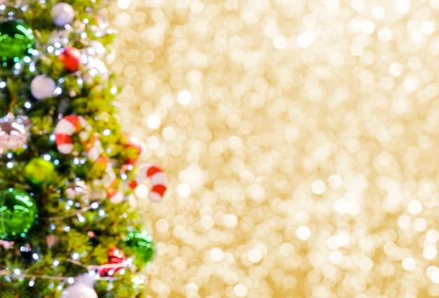 Абстрактный размытым рождественская елка на золотом фоне боке