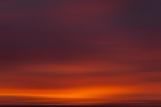 抽象的なぼやけた自然の背景。モーションブラーの雲。