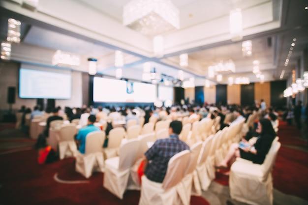 회의장의 추상적 흐릿한 사진. 호텔 세미나 회의실