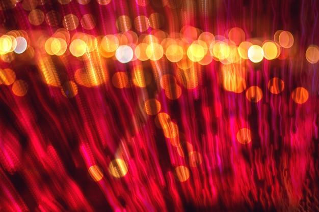 光に向かって抽象的なぼやけた速度の動き、焦点がぼけたボケ光を伴うマルチカラーの光の背景、パーティーの背景はお祝いのコンセプトをぼかします。