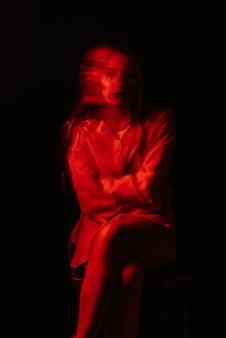 흰색 구속복에 정신 장애 및 양극성 질환을 가진 정신병 여성의 추상 모호한 초상화