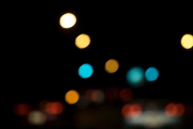 Astratto bokeh sfocatura luci notte nella strada della città di sfondo.