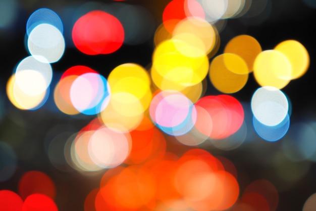Абстрактное боке от автомобильного света на проезжей части.
