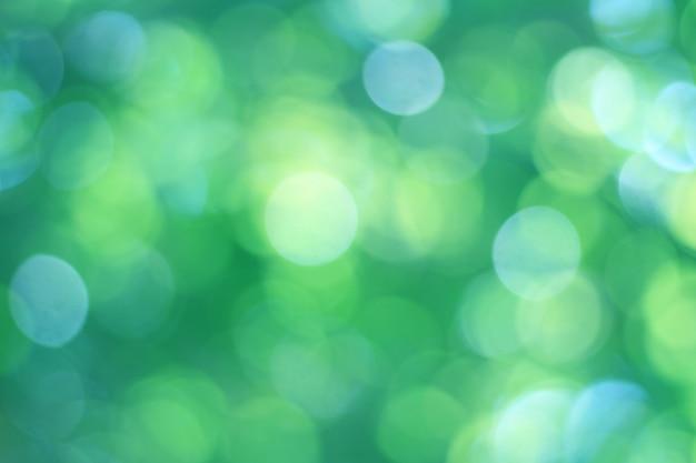 夏の間に美しくぼやけた抽象的なボケ自然な緑と青の背景は、