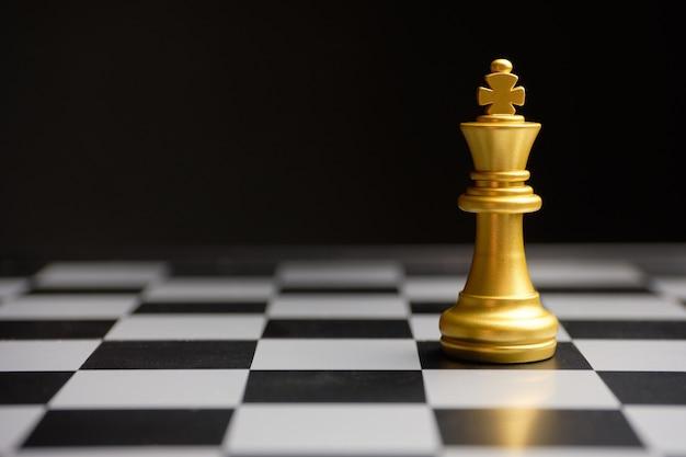 チェスの王様のコピースペースの形をした抽象的なボス。