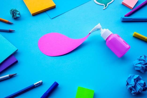 Абстрактная бутылка макет с красочными на рабочем столе. минималистичный дизайн. бизнес-идеи и концепции творчества