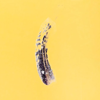 黄色の背景に抽象的なブラシストローク