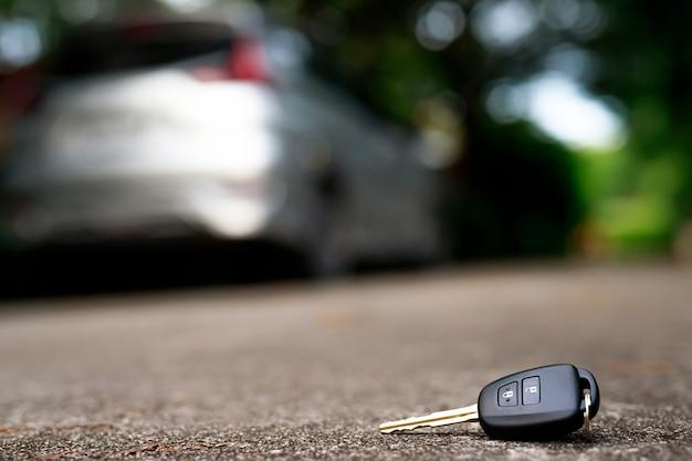 セメントの地面に落ちる抽象的な車のキー-製品の表示またはモンタージュに使用できます