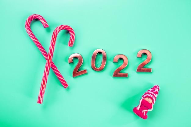 アブストラクトカード、happy new years2022-ゴールデングリッター付きメタルナンバー。来年のナンバーのクローズアップ。新年のお祝いとお祝いの背景。休日のプロモーションと宣伝のための製品