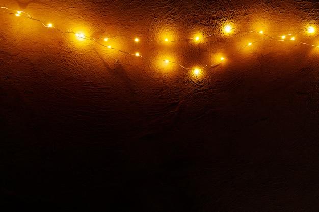 Абстрактные рождественские огни гирлянды на темном фоне