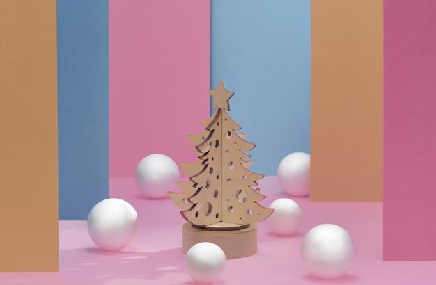 Абстрактное рождество розовый и синий фон, постамент с рождественской елкой.