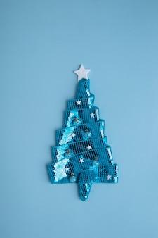 새해 연휴를 위한 스팽글이 달린 반짝이는 리본으로 만든 추상 크리스마스 트리