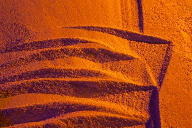 夕焼けの砂の上の抽象的な爪