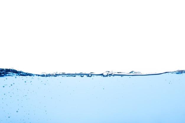 Абстрактная поверхность с рябью чистого потока на жидкости голубая волна воды с пузырьками воздуха и немного брызг под водой