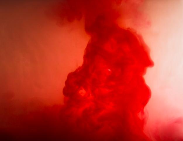 赤い曇りの間の抽象的な雲