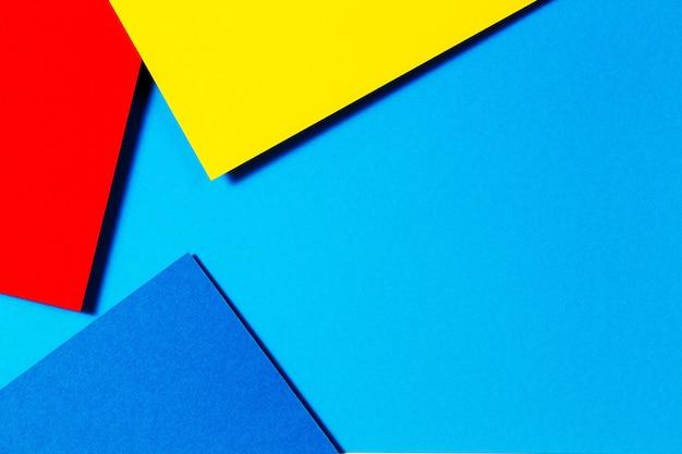 파란색 노란색 및 빨간색 색조가 있는 추상 색상 용지 형상 평면 레이아웃 구성 배경