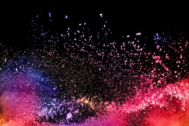 黒の背景に抽象的な色の粉塵爆発