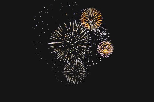 テキスト用の空き領域と抽象的な色の花火の背景
