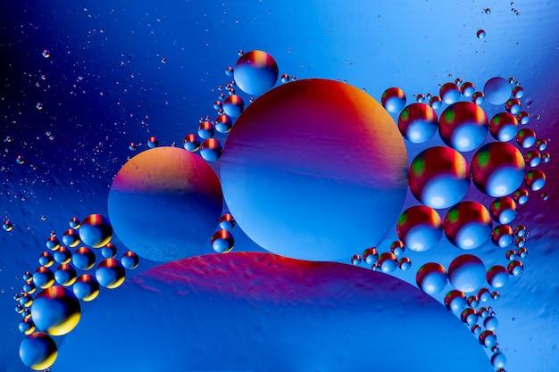 油滴と水面の反射と抽象的なカラフルな背景