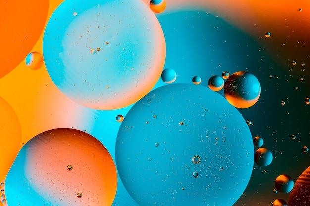 水面に油と抽象的なカラフルな背景