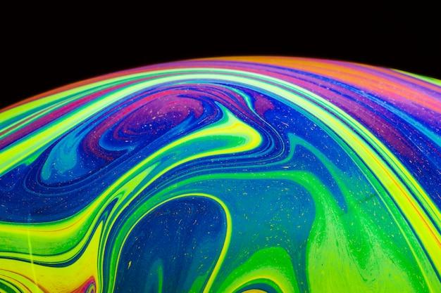 黒の背景に抽象的なカラフルなバブル