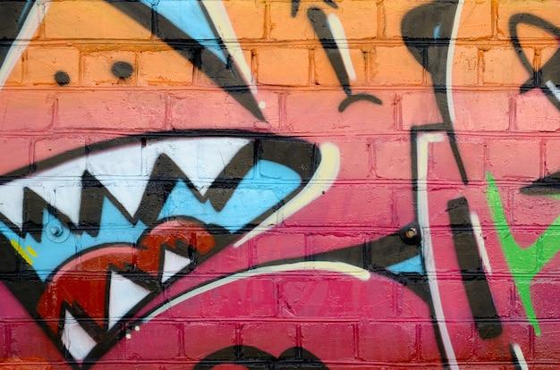 Абстрактный красочный фрагмент граффити на старой кирпичной стене