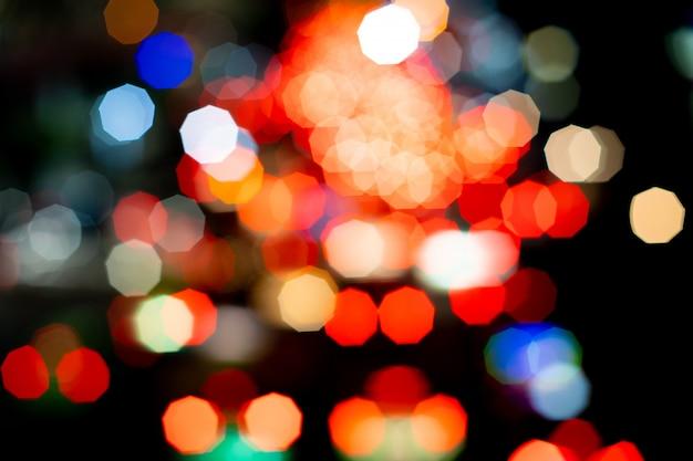 抽象的なカラフルな光ぼかしとクリスマスツリーのbokeh黄色、赤、青、緑、金。
