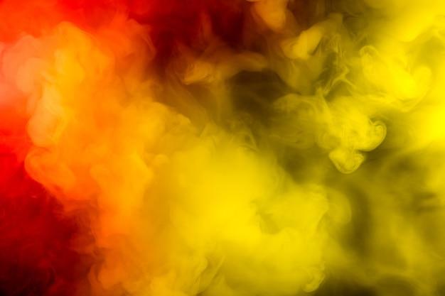 추상적이고 다채로운 연기 확산, 광고 또는 디자인을 위한 밝은 배경, 가제트용 벽지. 네온 조명 연기 질감, 불고 구름입니다. 현대적인 디자인.