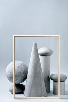 別の灰色の幾何学的なオブジェクト、額縁、石の抽象的な構成。コピースペース。製品プレゼンテーションのモダンなコンセプト。