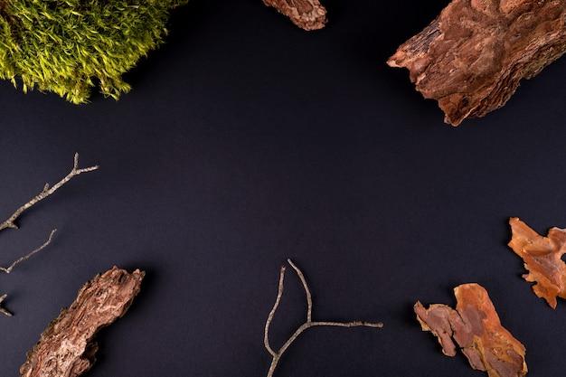 製品のプレゼンテーションのための樹皮の木と苔の表彰台の抽象的な構成
