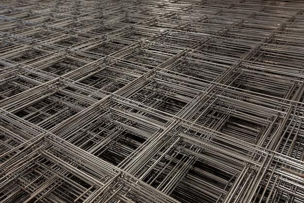 鉄筋コンクリート構造用鋼メッシュの山で抽象的な構成