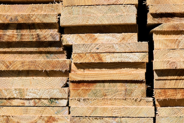Абстрактная композиция с кучей деревянных досок