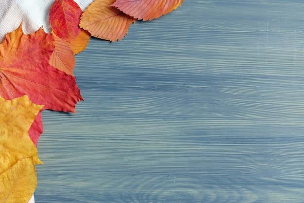 乾燥した葉と木製の背景から秋の抽象的な概念