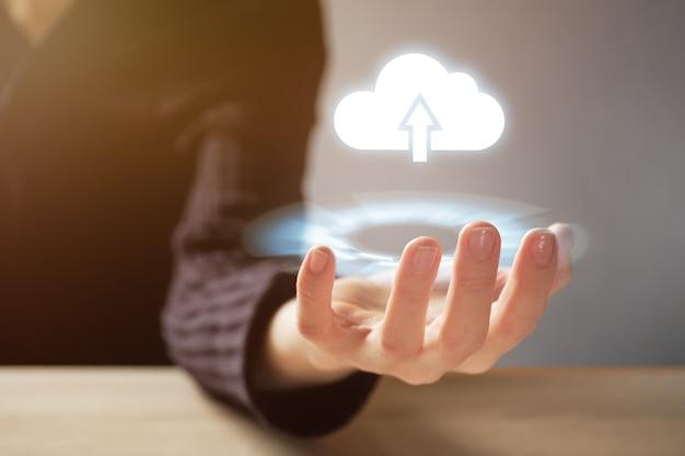 クラウドテクノロジーとインターネットダウンロードの抽象的な概念。