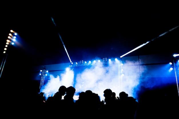 행복 한 순간에 빛과 연기와 추상 콘서트 파티 silhoue