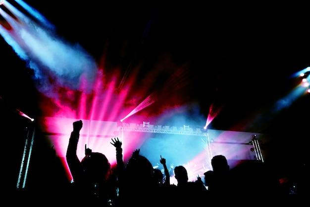 행복 한 순간에 빛과 연기와 추상 콘서트 파티 실루엣