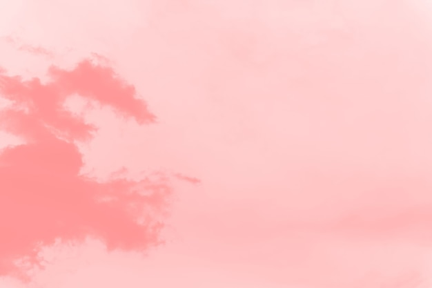 Абстрактный коралловый розовый мягкий цвет фона неба с размытыми облаками, копией пространства