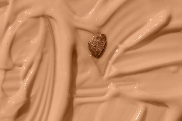 Абстрактный косметический текстурированный фон падение лака для ногтей на бежевой жидкой основе текстуры