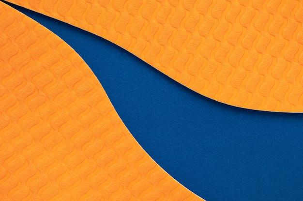 파란색 종이 질감 배경으로 추상 곡선 오렌지