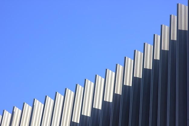 Абстрактные изогнутые линии на фоне неба