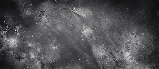 白いペンキの滴で抽象的な暗い織り目加工の表面